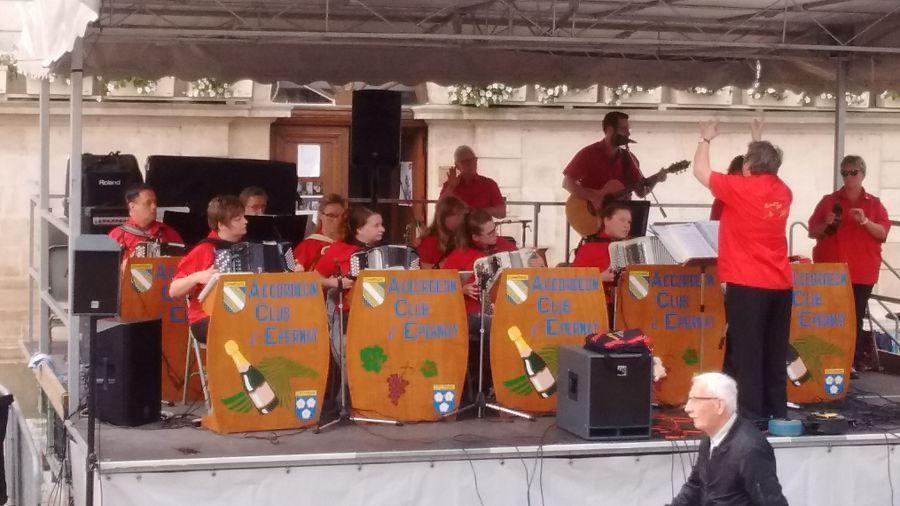 Accordion-band-outside-Mairie