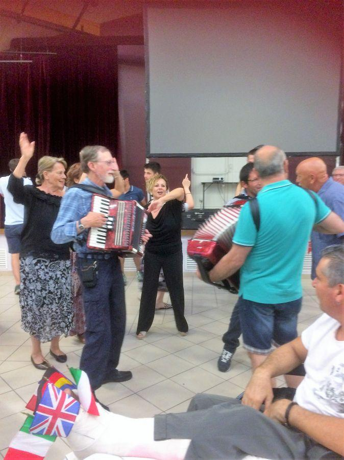 Ay-2018---English-and-Italian-musicians-play-together-in-the-Salle-des-Fetes